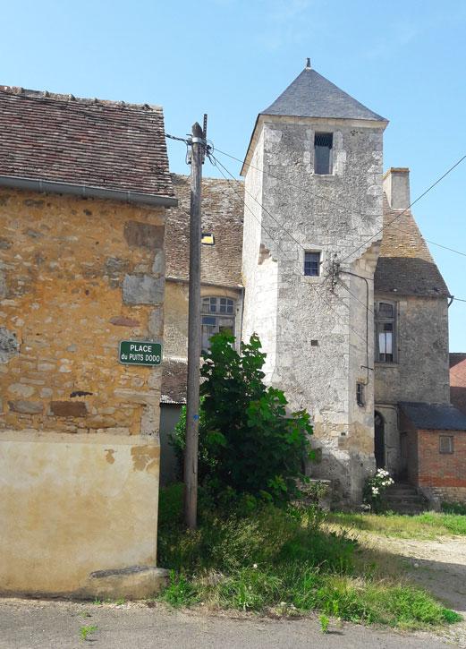 Photos de la place du puits de Dodo avec son manoir du XVIème